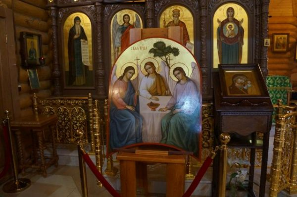 """В чем помогает и каково значение иконы """"Святая Троица"""""""