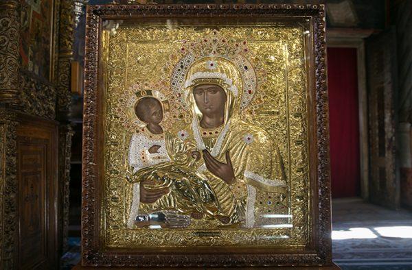 Молитва иконе «Троеручица» об исцелении больного
